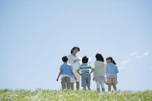 野外学習をする小学生と先生の写真素材 [FYI04549145]