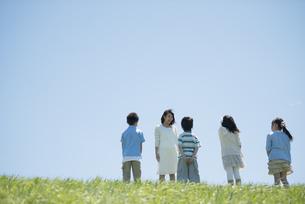 野外学習をする小学生と先生の写真素材 [FYI04549148]