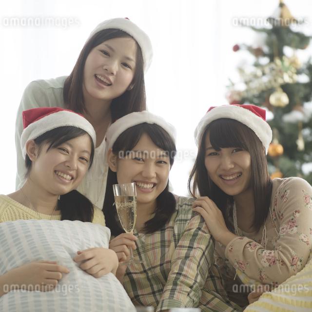 クリスマスパーティーをする4人の女性の写真素材 [FYI04549305]