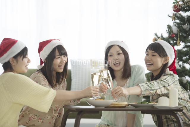 シャンパンで乾杯をする4人の女性の写真素材 [FYI04549307]