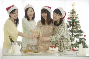 シャンパンで乾杯をする4人の女性の写真素材 [FYI04549315]