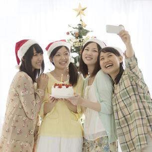 ケーキを持ち自撮りをする4人の女性の写真素材 [FYI04549321]