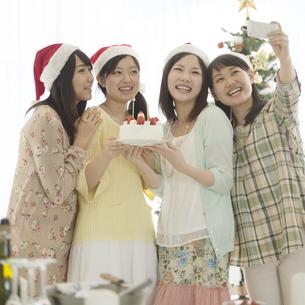 ケーキを持ち自撮りをする4人の女性の写真素材 [FYI04549322]