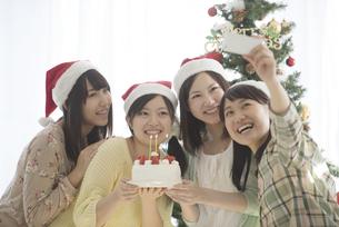 ケーキを持ち自撮りをする4人の女性の写真素材 [FYI04549325]