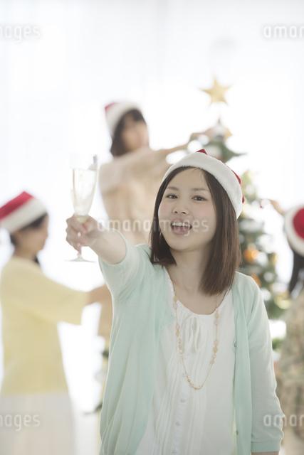 シャンパンを持ち微笑む女性の写真素材 [FYI04549327]