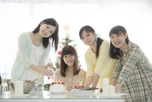 ケーキ作りをする女性の写真素材 [FYI04549343]