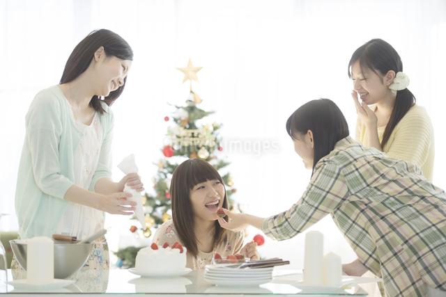 ケーキ作りをする女性の写真素材 [FYI04549347]