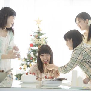 ケーキ作りをする女性の写真素材 [FYI04549348]