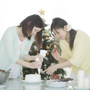 ケーキ作りをする女性の写真素材 [FYI04549352]