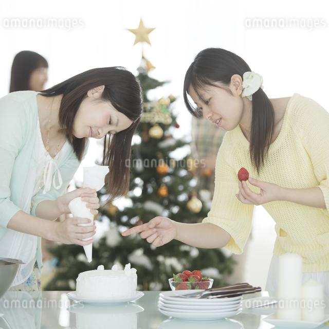 ケーキ作りをする女性の写真素材 [FYI04549353]