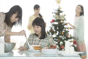ケーキ作りをする女性の写真素材 [FYI04549355]