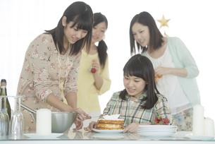 ケーキ作りをする女性の写真素材 [FYI04549356]