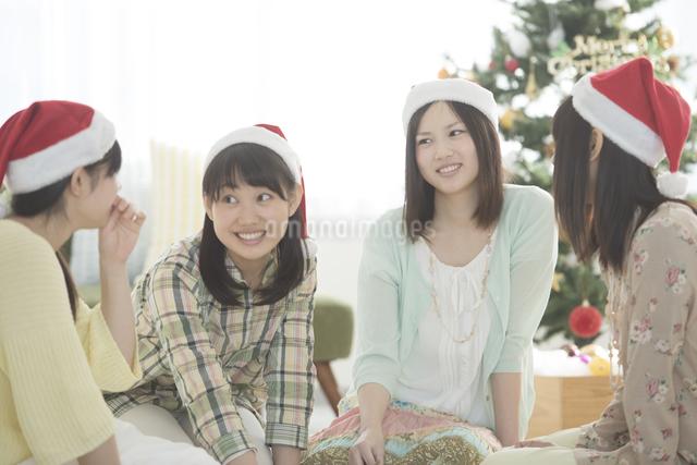 クリスマスパーティーの相談をする4人の女性の写真素材 [FYI04549358]
