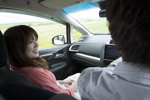 ドライブをするカップルの写真素材 [FYI04549399]