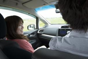 ドライブをするカップルの写真素材 [FYI04549400]