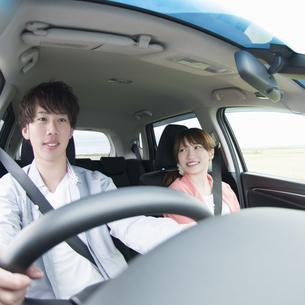 ドライブをするカップルの写真素材 [FYI04549404]