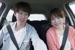 ドライブをするカップルの写真素材 [FYI04549406]