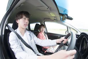 ドライブをするカップルの写真素材 [FYI04549409]