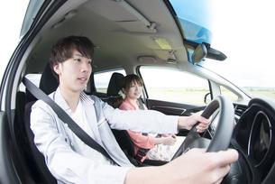 ドライブをするカップルの写真素材 [FYI04549410]