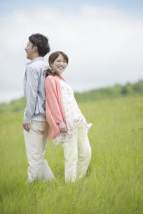 背中合わせに立つカップルの写真素材 [FYI04549416]
