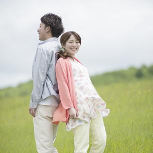 背中合わせに立つカップルの写真素材 [FYI04549417]