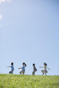 草原を歩く小学生の写真素材 [FYI04549590]