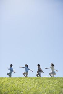 草原を歩く小学生の写真素材 [FYI04549594]
