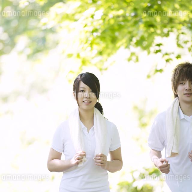 ジョギングをするカップルの写真素材 [FYI04549596]