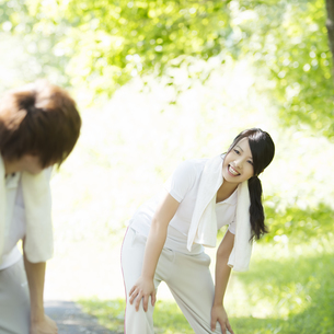 準備運動をするカップルの写真素材 [FYI04549608]