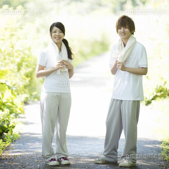 ジョギングをするカップルの写真素材 [FYI04549622]
