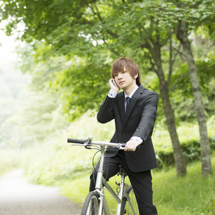 スマートフォンで電話をするビジネスマンの写真素材 [FYI04549647]