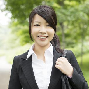 微笑むビジネスウーマンの写真素材 [FYI04549675]
