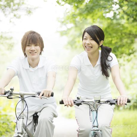 自転車に乗るカップルの写真素材 [FYI04549756]