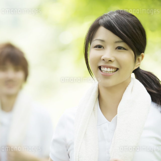 ジョギングをするカップルの写真素材 [FYI04549773]