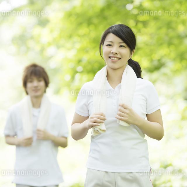 ジョギングをするカップルの写真素材 [FYI04549774]