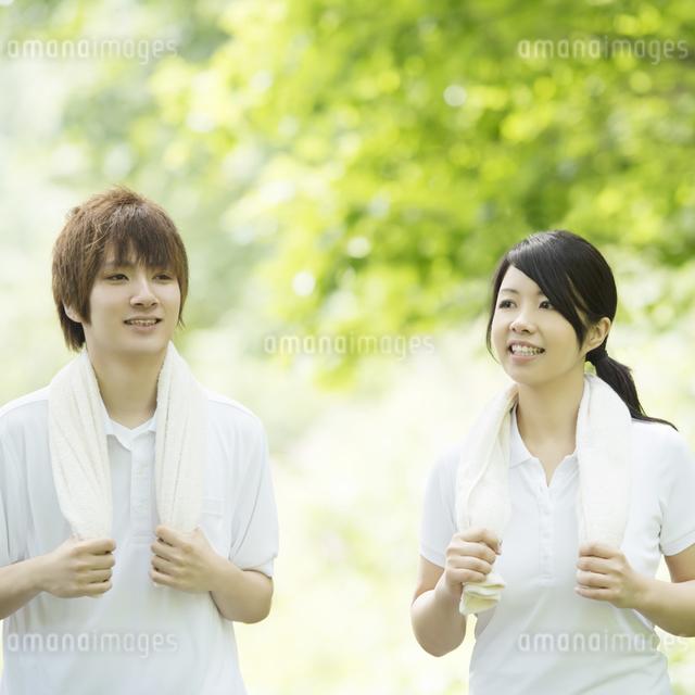 ジョギングをするカップルの写真素材 [FYI04549782]
