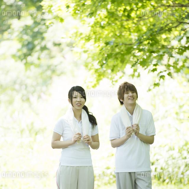 ジョギングをするカップルの写真素材 [FYI04549797]