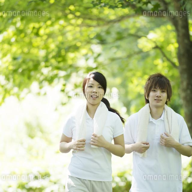 ジョギングをするカップルの写真素材 [FYI04549798]
