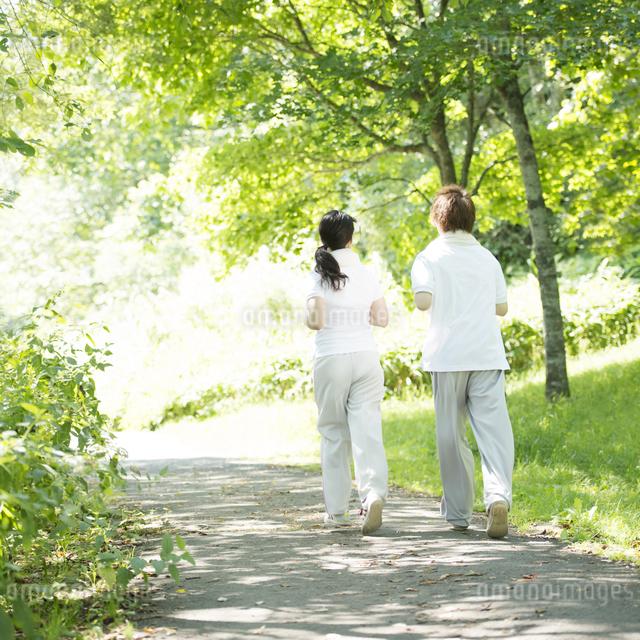 ジョギングをするカップルの後姿の写真素材 [FYI04549802]