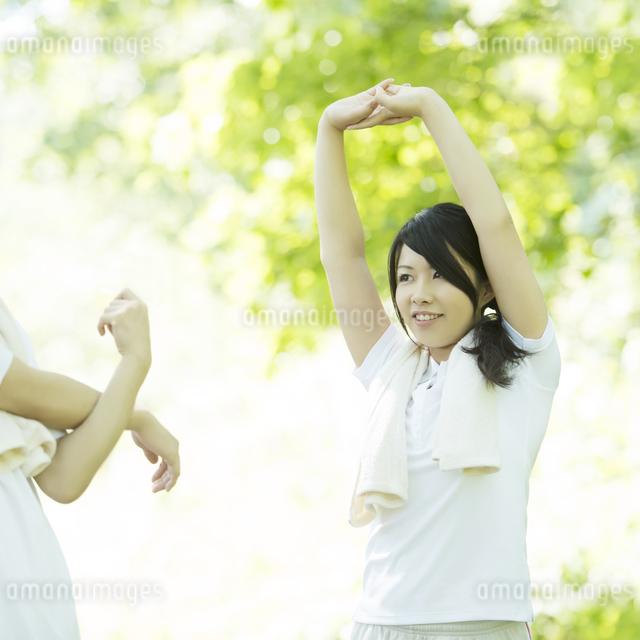 準備運動をする女性の写真素材 [FYI04549810]