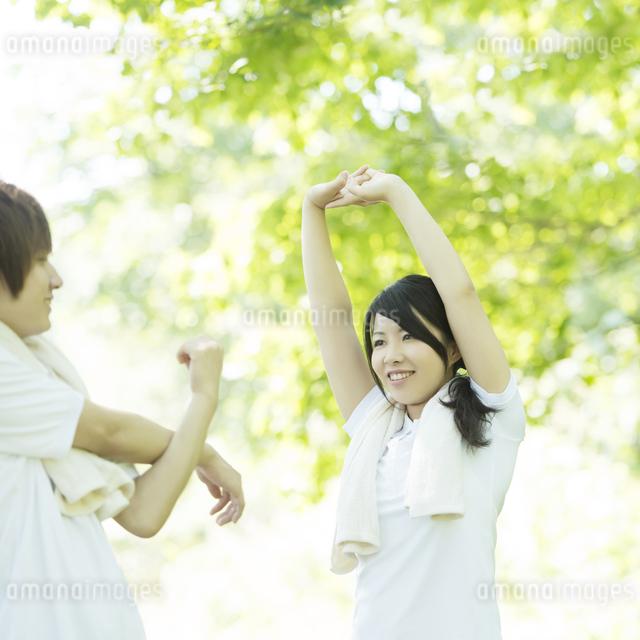 準備運動をするカップルの写真素材 [FYI04549811]