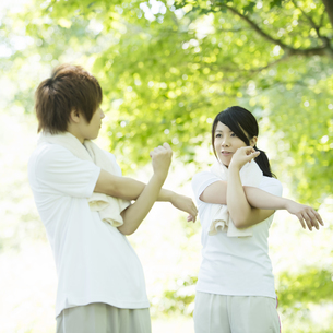 準備運動をするカップルの写真素材 [FYI04549814]