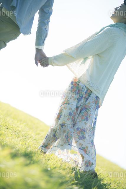 手をつなぐカップルの写真素材 [FYI04550007]