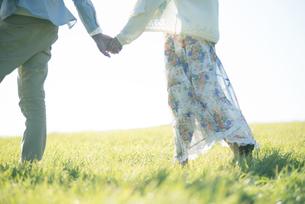 手をつなぐカップルの写真素材 [FYI04550008]