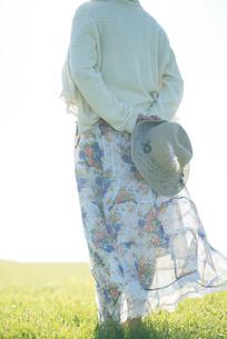 麦わら帽子を持つ女性の後姿の写真素材 [FYI04550018]