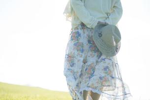 麦わら帽子を持つ女性の後姿の写真素材 [FYI04550020]