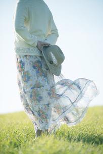 麦わら帽子を持つ女性の後姿の写真素材 [FYI04550025]