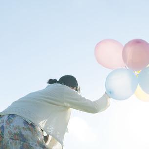 風船を持つ女性の写真素材 [FYI04550041]
