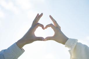 ハートを作るカップルの手元の写真素材 [FYI04550045]