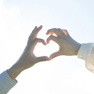 ハートを作るカップルの手元の写真素材 [FYI04550050]